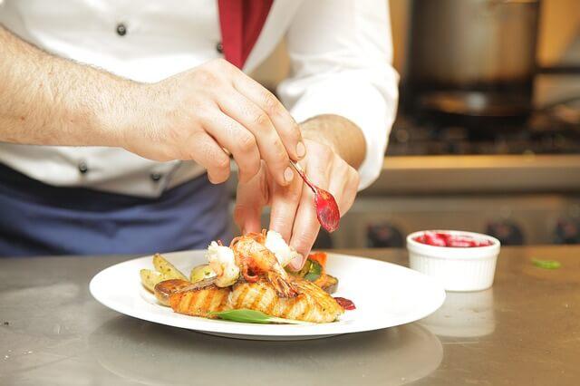 Trabajar como chef en Alemania - Chef con plato